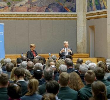 DNAKs generalsekretær, Kate Hansen Bundt, sammen med NATOs generalsekretær, Jens Stoltenberg, under Leangkollen-konferansen 2018.