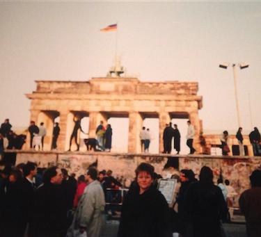 Et tidsvitne: Generalsekretær Bundt bodde flere perioder i DDR mellom 1987 og 1989. Her er hun avbildet foran Berlinmuren like etter at den falt i 1989.