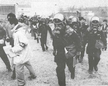 Japansk politi måtte ta i bruk verneutstyr da de stormet lokalene til Aum Shinrikyo etter giftgassangrepet i Tokyos undergrunnsbane i 1995. I de utredningene som fulgte i etterkant av angrepet viste det seg at gruppen hadde råstoff til å produsere nok sarin til å drepe 4,2 millioner mennesker.