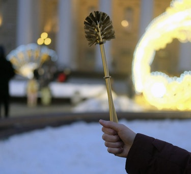 During protests on January 23, some protesters held toilet brushes, referring to Alexei Navalny's investigation into Putin's alleged palace.