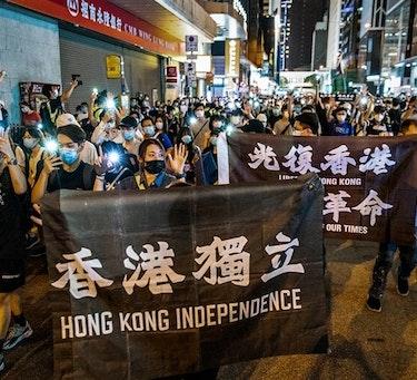 Tusenvis av demonstranter trosset politiets advarsler og møtte opp for å markere årsdagen for Hongkongs demokratiprotester tirsdag denne uken. Årets protester var spesielt knyttet til den nye sikkerhetsloven Kina innførte i mai.