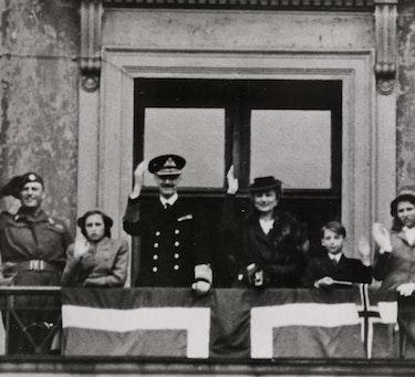 Kongefamilien på slottsbalkongen vinker til folk som feirer freden og kongen 7. juni 1945. Selve frigjøringsdagen, da tyskerne kapitulerte og krigen i Europa tok slutt, var imidlertid 8. mai.