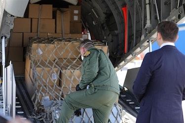 HJELPER HVERANDRE: Den 10. april fraktet et militært transportfly fra Tsjekkia omkring en million munnbind til Nord-Makedonia.