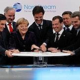 François Fillon, Johannes Teyssen, Angela Merkel, Mark Rutte, Dmitrij Medvedev Günther Oettinger under den offisielle åpningen av gassrørledningen Nordstream i 2011.