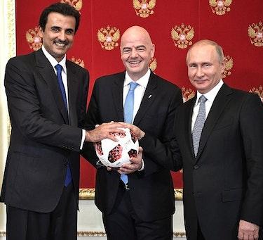 Emir av Qatar, Tamim ibn Hamad Al Thani, FIFA-president Gianni Infantino, og Russlands president Vladimir Putin under en seremoni.