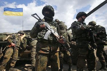 Ukrainske soldater under en anti-terrorøvelse øst i Ukraina.