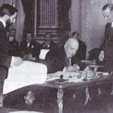Fredrik Wedel Jarlsberg, Norges daværende ambassadør til Frankrike, signerer Svalbard-traktaten i Paris 9. februar 1920.