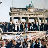 Vest- og østtyskere ved Brandenburg-porten i 1989