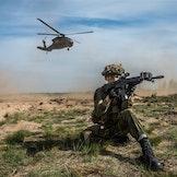 Soldater fra 2. bataljon sin kampsøtte kompani før taktisk luftstøtte fra amerikanske Black Hawk helikoptre under øvelsen Saber Strike 2016.