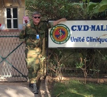 ERFAREN: Denne ukens skribent, Ørjan Olsvik, har stått midt oppi virusutbrudd i en rekke afrikanske land. Her er han avbildet i forbindelse med et oppdrag i Mali.