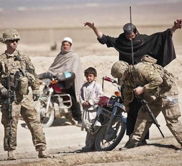 Amerikanske soldater undersøker reisende ved et kontrollpunkt i provinsen Paktika i Afghanistan