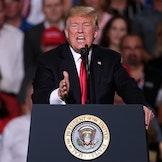 President Donald Trump taler til velgerne under et valgkamparrangement i oktober 2018