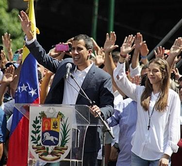Juan Guaidó taler under en demonstrasjon mot Maduro i Caracas den 2. februar i år