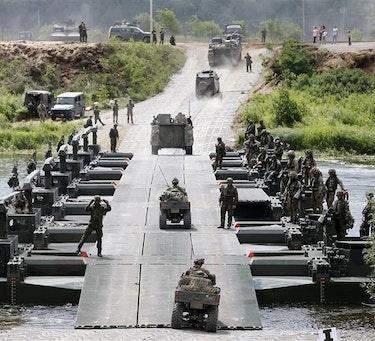 Kjøretøy fra Telemark bataljon krysser en elv på en M3 bro under NATO operasjonen Enhanced Forward Presence i Litauen 2017. Foto: Torbjørn Kjosvold / Forsvaret