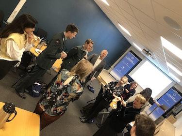 Tidligere sjef for Norges militærmisjon i Brussel, Ketil Olsen, og generalsekretær i DNAK, Kate Hansen Bundt, i diskusjon med ivrige forumdeltakere.